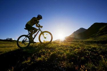 IBLVCH01124998 Mountain biker, Zillertal Alps, Mayerhofen, North Tyrol, Austria