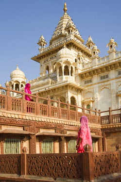 IBLGAB01061675 Two Indian women by the Jaswant Thada cenotaph, Jodhpur, Rajasthan, India