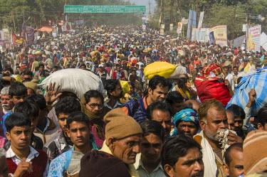 IBLFBD03151693 Crowds of people arriving at Kumbha Mela grounds, Allahabad, Uttar Pradesh, India