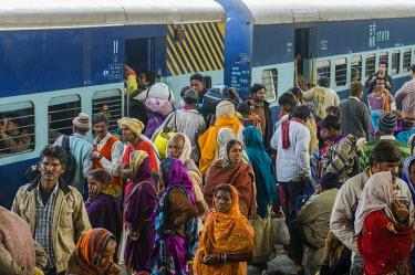 IBLFBD03153063 Crowds of people pushing inside a train, on a platform of the railway station, Allahabad, Uttar Pradesh, India