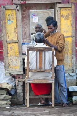 IBLOMK02295033 Barber, customer, Ghats, Varanasi, Benares or Kashi, Uttar Pradesh, India