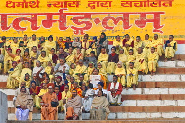 IBLOMK02295053 Hindu teacher with students, Ghats, steps at the Ganges, Varanasi, Benares or Kashi, Uttar Pradesh, India