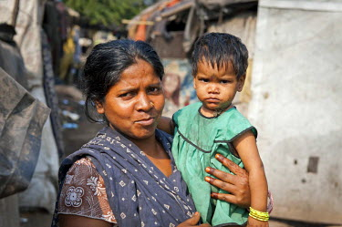 IBLOMK02294910 Woman with a toddler in her arms, slum, Shibpur district, Haora or Howrah, Kolkata or Calcutta, West Bengal, East India, India