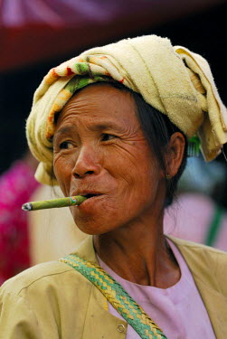IBLSEI00901352 Elderly Burmese woman wearing a headscarf smoking a Cheerot cigar, portrait, Bagan, Myanmar, South-East Asia