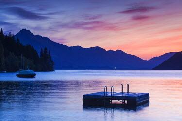 NZ02648 New Zealand, South Island, Otago, Queenstown, Lake Wakatipu, dusk