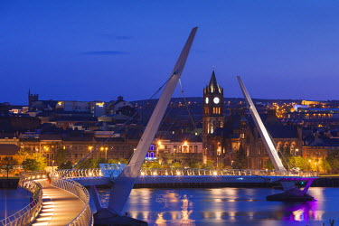UK04179 UK, Northern Ireland, County Londonderry, Derry, The Peace Bridge over the River Foyle, 2011, dusk