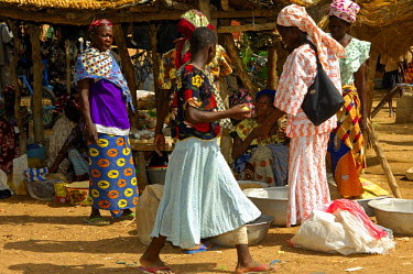 IBLGUF00558381 Bargaining women on a market, Burkina Faso, Africa