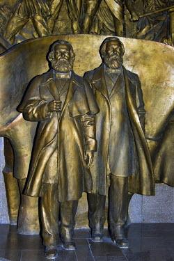 IBLGAB01095459 State Historical Museum, former Lenin Museum, statue of Marx and Engels, Bishkek, Kyrgystan