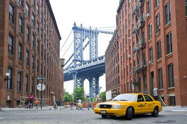 IBLDJS02067433 Yellow Cab, Manhattan Bridge, Brooklyn Heights, Brooklyn, New York, USA