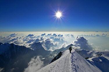 INT00927002 France, Alpinists climbing the Mont-Blanc (4810m) at sunrise, Chamonix,