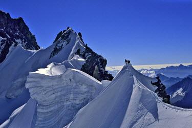 INT00927199 France, Alpinists on the Rochefot ridge traverse (4001m) ridge, Chamonix, Mont-blanc range,