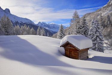 INT01128970 France, Chalet in winter in Chamonix valley, Chamonix,