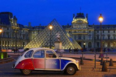 IBLDOB03243608 Citroen 2 CV parked front of the Musee du Louvre, Louvre Museum, Paris, Ile-de-France, France
