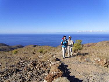IBLMAN02318063 Hikers, Sendero Quise trail, Alajero, La Gomera, Canary Islands, Spain