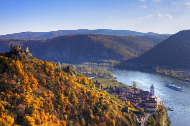 IBXMAN01733409 Castle ruins and town of Duernstein, Danube, Wachau valley, Waldviertel region, Lower Austria