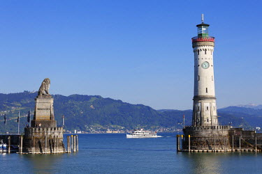 IBXMAN02129782 Harbour with lighthouse and Bavarian lion, Lindau on Lake Constance, Swabia, Bavaria, Germany