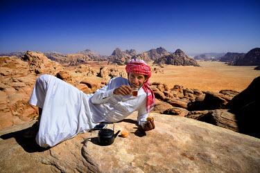 HMS2103069 Jordan, Wadi Rum desert, protected area listed as World Heritage by UNESCO, Bedouin having a tea break at the top of mount Jebel Burdah
