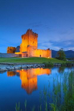 IE02503 Ireland, County Kerry, Ring of Kerry, Killarney, Ross Castle, dusk