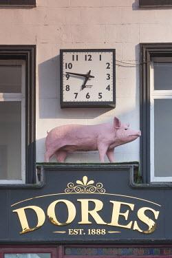IE02514 Ireland, County Kilkenny, Kilkenny City, Dores Butcher Shop, pig sign