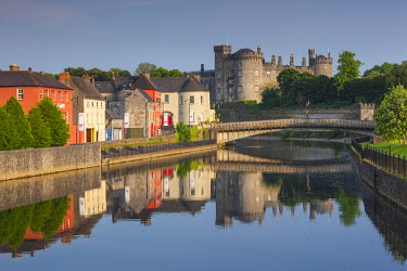 IE02518 Ireland, County Kilkenny, Kilkenny City, pubs along River Nore and Kilkenny Castle