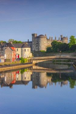 IE02519 Ireland, County Kilkenny, Kilkenny City, pubs along River Nore and Kilkenny Castle