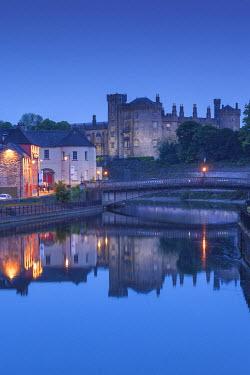 IE02520 Ireland, County Kilkenny, Kilkenny City, pubs along River Nore and Kilkenny Castle, dusk
