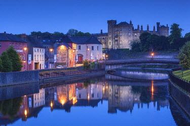 IE02521 Ireland, County Kilkenny, Kilkenny City, pubs along River Nore and Kilkenny Castle, dusk