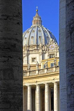 IBXGUF00041338 Clonnade Basilica of Saint Peter Vatican Rome Italy