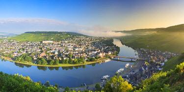 GER9371AW River Moselle and Bernkastel-Kues at dawn, Rhineland-Palatinate, Germany