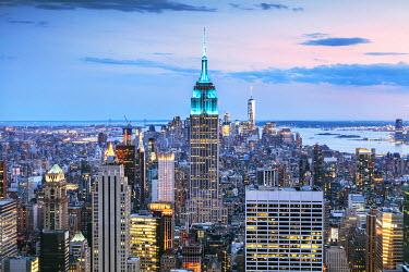 USA11653AWRF Empire State building and Manhattan skyline at dusk, New York city, USA