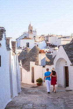 ITA9280AW Tourist couple visiting the Trulli area, Alberobello, Itria valley, Apulia, Italy  (MR)