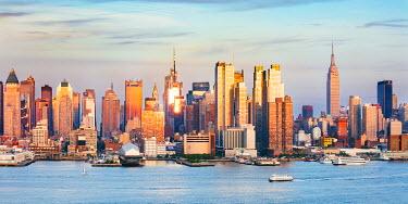 USA11599AW Midtown Manhattan skyline seen from across the Hudson river at sunset, New York city, USA