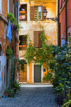 ITA9410AW Picturesque view of a street in Trastevere district, Rome, Lazio, Italy