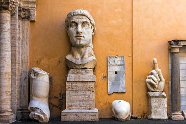 ITA9457AWRF Remnants of the statue of Emperor Constantine, Palazzo dei Conservatori, Capitoline Museums, Rome, Lazio, Italy