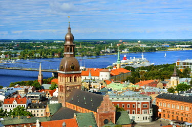LAT1223AWRF The Old Town, a Unesco World Heritage Site, and the Daugava river. Riga, Latvia