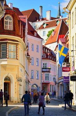 EST1201AW Medieval street in the Old Town of Tallinn, a Unesco World Heritage Site. Tallinn, Estonia
