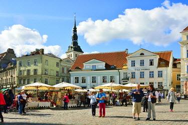 EST1202AW Street market at the Town Hall Square (Raekoja plats) in the Old Town, a Unesco World Heritage Site. Tallinn, Estonia