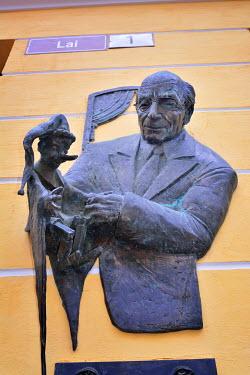 EST1209AW Statue of Ferdinand Veike, founder of the Estonian State Puppet Theatre. Tallinn, Estonia