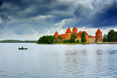 LIT1212AW Trakai Island Castle on Lake Galve, the old capital of the Grand Duchy of Lithuania from 1321-1323. Trakai Historical National Park, a Unesco World Heritage Site. Lithuania