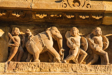 AS10JRA1008 Warriors and elephant, Khajuraho, Madhya Pradesh, India.