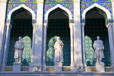 AS49MRU0157 Nizami Museum, with statues of Azeri writers on front of Literature Museum, Fountains Square, Baku, Azerbaijan, Central Asia