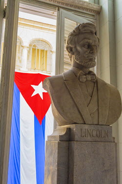 CA11IHO0005 Cuba. Havana. Museum of the Revolution. Marble bust of Abraham Lincoln with the Cuban flag behind.