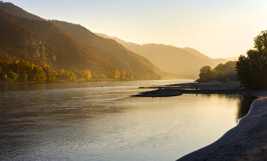 EU03MZW0694 The Danube flowing through the Wachau area. The Wachau is a famous vineyard and listed as Wachau Cultural Landscape as UNESCO World Heritage. Austria
