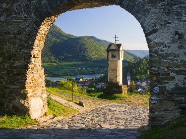 EU03MZW0741 Wayside shrine near old town gate Rote Tor in the village Spitz, in the vineyards of the Wachau. The Wachau is a famous vineyard and listed as Wachau Cultural Landscape as UNESCO World Heritage. Austr...