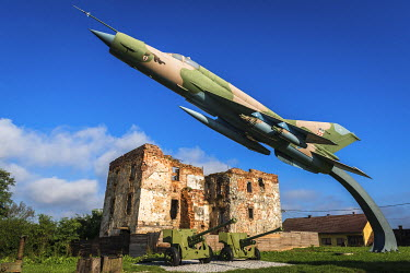EU32RBS0012 Fighter jet and bombed building at the Karlovac War Memorial, Karlovac, Croatia