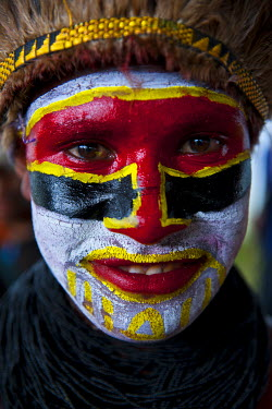 OC12MRU0042 Colorful dress and face painted local tribes celebrating the traditional Sing Sing in Enga in the Highlands of Papua New Guinea, Melanesia