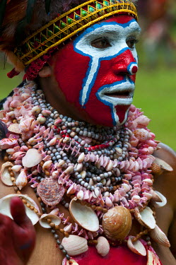 OC12MRU0216 Colorful dress and face painted local tribes celebrating the traditional Sing Sing in Paya in the Highlands of Papua New Guinea, Melanesia