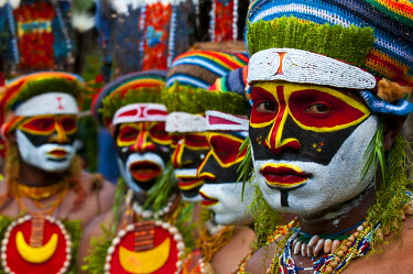 OC12MRU0219 Colorful dress and face painted local tribes celebrating the traditional Sing Sing in Paya in the Highlands of Papua New Guinea, Melanesia