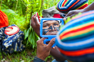 OC12MRU0225 Colorful dress and face painted local tribes celebrating the traditional Sing Sing in Paya in the Highlands of Papua New Guinea, Melanesia