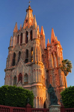 SA13JZI0030 Mexico, San Miguel de Allende, Early morning light on Parroquia de San Miguel Arcangel Cathedral on the center square
